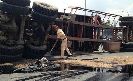 """CSGT Đội Cát Lái """"đội nắng"""" rải cát xử lý dầu nhớt tràn đường."""
