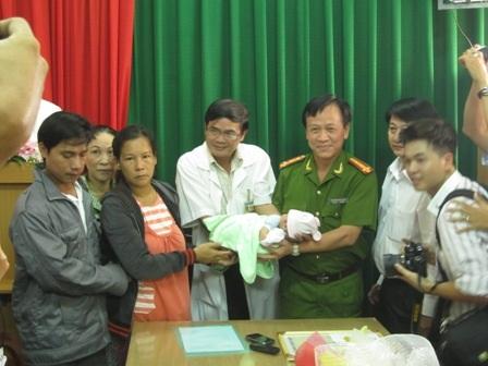 Vợ chồng chị Tâm đón nhận lại con từ tay BGĐ bệnh viện và Công an quận 7