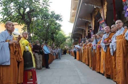 Chư tôn Đức, Phật tử đứng dọc 2 bên đường đón kim quan cố Đại lão Hòa thượng.