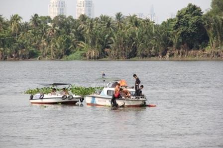 Lực lượng cứu hộ cứu nạn tích cực lặn tìm cháu bé trên sông Sài Gòn.