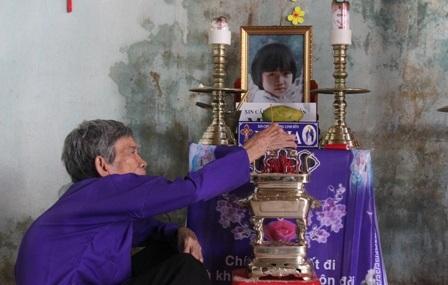Bà Cựu bên bàn thờ đứa con gái bất hạnh.