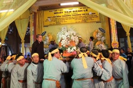 Kim quan cố Đại lão Hòa thượng rời lễ đường.