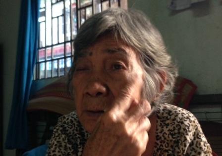 Bà Cựu với đôi mắt giờ chỉ còn một bên