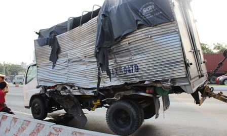 """Hiện trường xe container """"làm loạn"""" trên XLHN."""
