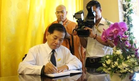 Nguyên Chủ tịch nước Nguyễn Minh Triết ghi sổ tang lưu niệm.