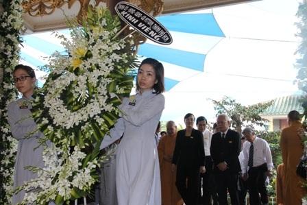 Phó Thủ tướng Nguyễn Xuân Phúc cùng đoàn Chính phủ viếng tang cố Đại lão.