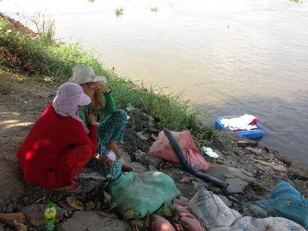 Người thân đau đớn nhìn thấy thi thể cháu Thiện trôi dạt trên sông Sài Gòn.