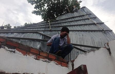 Mái tôn, tường gạch nhà ông Khải bị tốc mái, đổ sập trong cơn mưa kèm gió lốc.