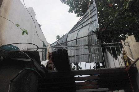 Mưa lớn, lốc xoáy hất tung hàng trăm nóc nhà dân
