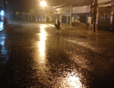 Cơn mưa như trút nước rạng sáng nay khiến nhiều nhà dân ở khu vực ở TPHCM bị ngập nặng