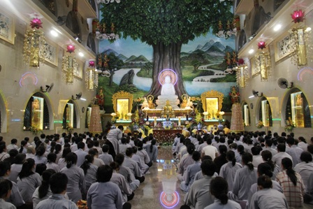 Nhiều màn hình lớn được đặt trong khuôn viên chùa phát lại giây phút Đại lão Hòa thượng viên tịch.