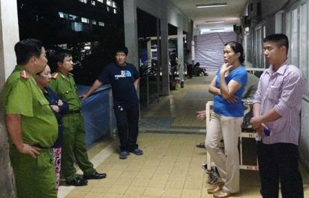 Đại diện Công an phường Hiệp Bình Chánh đến bệnh viện thăm, động viên anh Chệt và gia đình