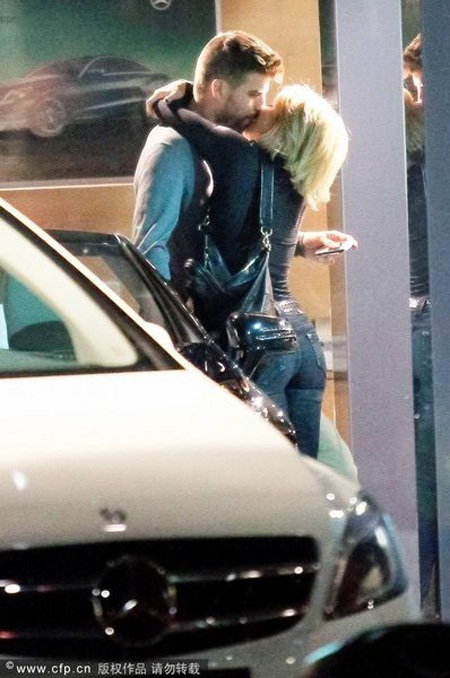 """Pique và Shakira """"khóa môi"""" say đắm ngay trên phố - 2"""