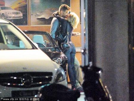 """Pique và Shakira """"khóa môi"""" say đắm ngay trên phố - 3"""