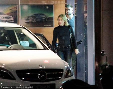 """Pique và Shakira """"khóa môi"""" say đắm ngay trên phố - 7"""