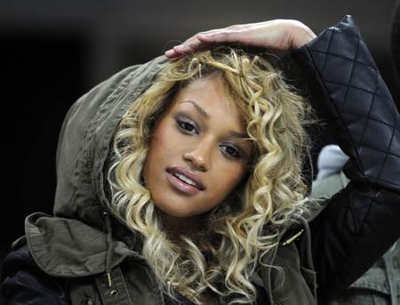 Cùng chiêm ngưỡng thêm vẻ đẹp của siêu mẫu người Bỉ này: