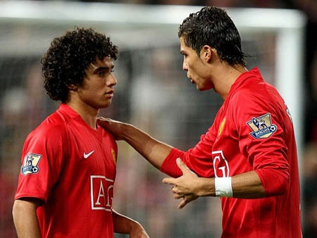 Rafael cần người trợ giúp để khóa chặt C.Ronaldo