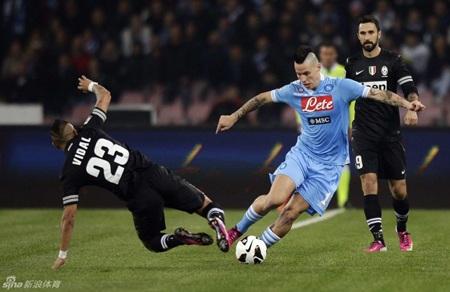 Juventus cầm hòa Napoli tại San Paolo để duy trì khoảng cách 6 điểm