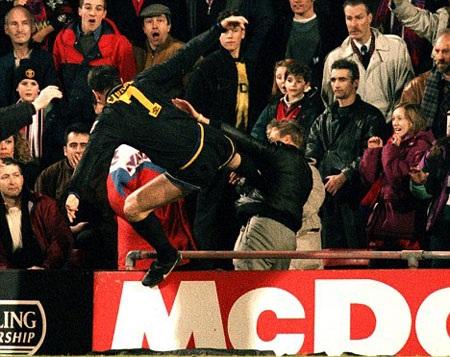 Cú kung fu khiến Eric Cantona bị treo giò 8 tháng