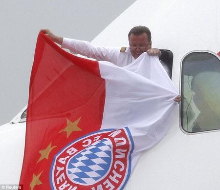Những cầu thủ Bayern Munich với chiếc cúp Champions League bước xuống phi trường Munich