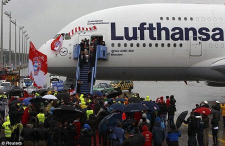 """Bất chấp trời mưa, rất nhiều có mặt tại đây để đón những """"ông vua"""" Bayern Munich"""
