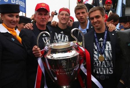 Chiếc cúp Champions League được giơ cao trước rất nhiều CĐV cũng như báo giới