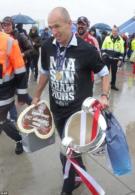 """""""Người hùng"""" Robben cầm chiếc cúp trong mơ trên tay"""