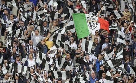 Mỗi CĐV được phát 1 lá cờ màu Trắng - Đen, phủ kín Juventus Arena