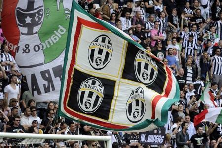 Logo Juventus, những lá cờ Italia trên khắp khán đài
