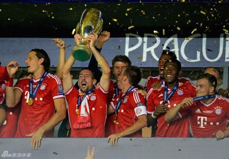 Đội trưởng Lahm và Ribery giương cao cúp vô địch