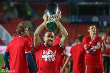 Ribery và các đồng đội mang cúp xuống sân