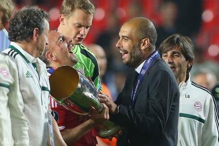 Hai thày trò Ribery-Guardiola cười phớ lớ với chiếc cúp trên tay