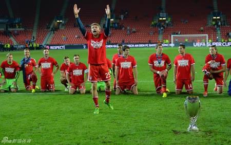 Muller và các đồng đội muốn tặng cúp vô địch cho những CĐV
