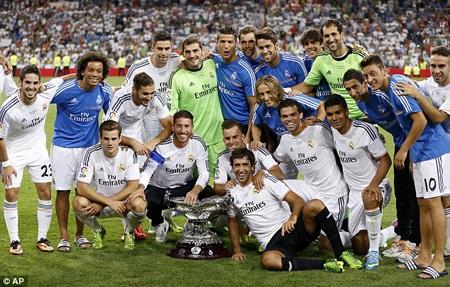 Toàn thể cầu thủ Real Madrid chia vui cùng Raul