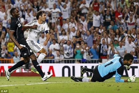 Sau 3 năm khoác áo Real Madrid, Raul thi đấu như thể vẫn ở đỉnh cao sự nghiệp