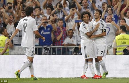 Đồng đội chia vui với Raul