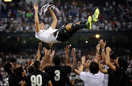 Raul luôn nhận được yêu mến của những CĐV cũng như đồng đội ở Real Madrid