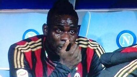 Balotelli khóc ngon lành trên ghế dự bị