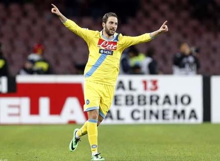 Higuain là người hùng của Napoli với cú đúp