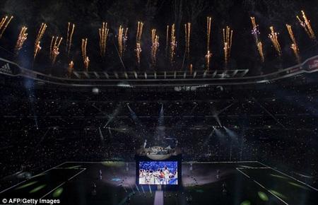 Buổi tiệc bắt đầu, sân Bernabeu rực cháy trong bữa tiệc ánh sáng, pháo hoa