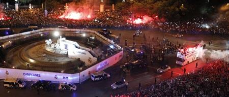 Hàng vạn CĐV Real Madrid đã có mặt ở quảng trường Cibeles mừng chức vô địch Real