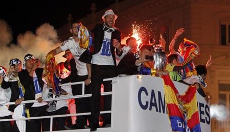 Những cầu thủ Real Madrid giương cao chức vô địch, diễu hành quanh thành phố