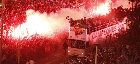 Thành Madrid đỏ lửa ăn mừng chức vô địch của Real