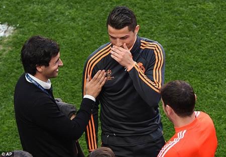 C.Ronaldo còn vui vẻ cười đùa với Raul và Casillas