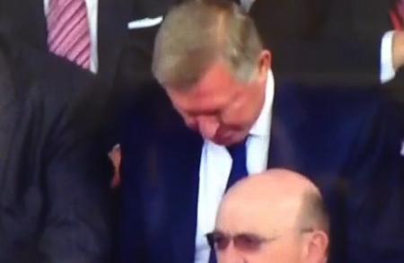Sir Alex ngủ gật trên khán đài Old Trafford