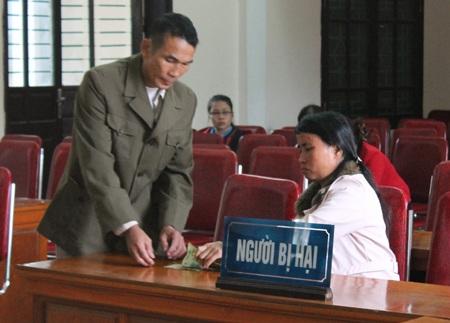 Bà Nguyễn Thị Hoài - bị hại trong vụ án, cũng là hàng xóm của ông Vinh tranh luận tại tòa.