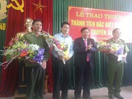 Lãnh đạo UBND tỉnh Nghệ An trao thưởng cho PC46 Công an tỉnh và Sở Khoa học Công nghệ