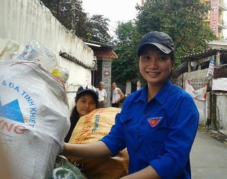Những ''anh đồng nát'' mang màu áo xanh tình nguyện và trái tim hồng yêu thương.