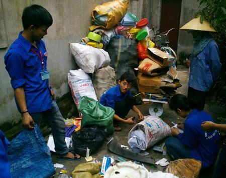 Cứ mỗi dịp cuối tuần, hơn 50 bạn trẻ lại đến từng ngõ ngách trong thành phố Vinh để nhặt ve chai.