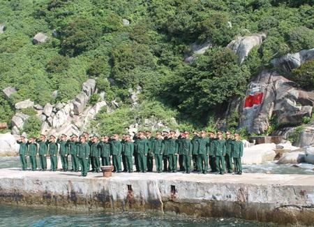 Cán bộ, chiến sỹ Đảo Mắt đón khách từ đất liền ra thăm.